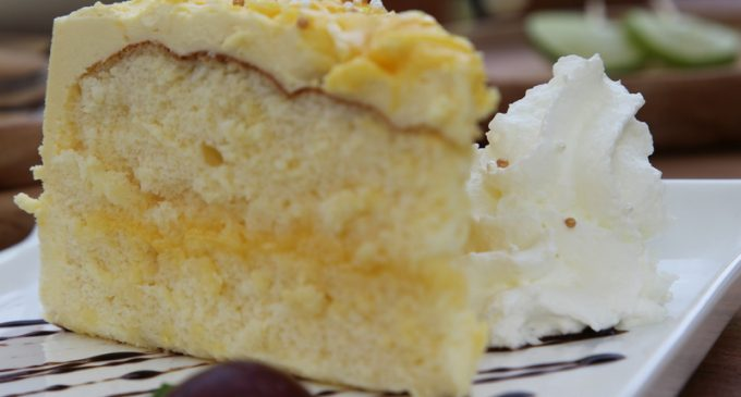 This Lemon Cake Can Feed The Whole Family & Is Ready In Just Minutes!