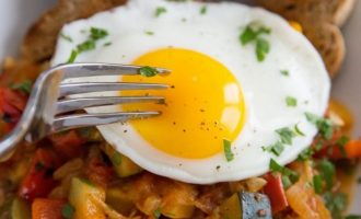 This Amazing Skillet With Eggs, Tomatoes, Bell Peppers And Zucchini Is So Flavorful And Couldn't Be Easier!