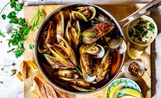 Deliciously Steamed Mussels In a Wine Sauce
