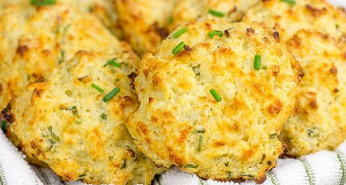 These Cheddar Biscuits Give Red Lobster A Run For Their Money